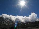 Passatwolken schieben sich in Caldera des Teide