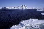 Treibeis und Eisberg in Antarktis
