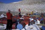 leere Ölfässer in Antarktis