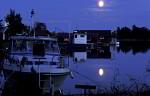 Mond über Sportboothafen von Möja