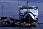 Ostseefähre und Segelboot