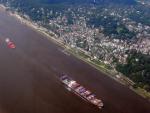 Containerfrachter auf Elbe vor Wittenbergen