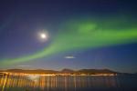 Nordlicht mit Mond über Tromsø