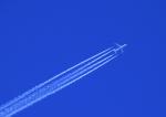 Flugyeug mit Kondensstreifen