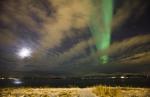 Nordlicht mit Mond und Wolken