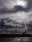 Kraftwerk mit Rauchfahne