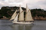 Segelschiff Falken vor Bergen