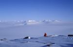 Forscher vor Inlandeis der Antarktis
