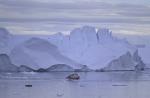 Boote vor Eisberg in Disco Bay