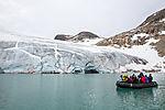 Touristen vor Gletscher