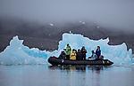 Touristen am Eisberg