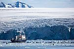 Expeditionsschiff Polar Pioneer vor Samarinbreen