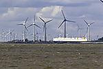 Autotransporter und Windräder nahe Emden