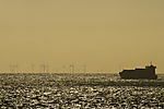 Frachter vor Windpark in der Ostsee