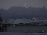Mond über Insel Kvalöya