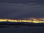 Windpark am Tarvefjorden im Dämmerung