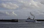 Abgasfahne über Touristenschiff