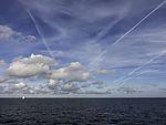 Wolken und Kondensstreifen über Nordsee
