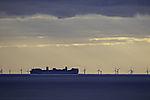 Containerschiff vor Windpark bei Helgoland