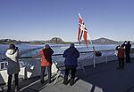 Touristen auf Hurtigrute am Torghatten