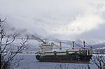 Frachter mit Abgasfahne