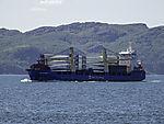 Frachter mit Windmühlenflügeln