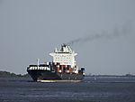 Containerschiff mit Abgasfahne auf der Unterelbe