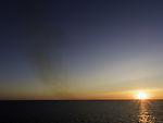 Schiffsabgase über Skagerrak bei Sonnenuntergang
