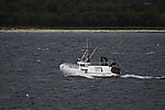 kleines Fischerboot im seegang