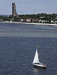 Segelboot und Marine-Ehrenmal in Laboe