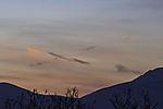 Sonnenschein auf Kondensstreifen in Polarnacht