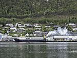 Schiffsabgase über Frachter im Hafen von Tromsö