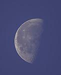 abnehmender Mond am Tageshimmel