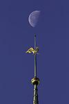 Mond über Kirchturmspitze