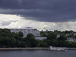 dunkle Wolken über Hotel Maritim in Kiel
