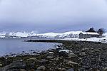 Schneetreiben auf den Bergen und altes Bootshaus