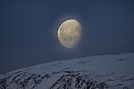Mond über Berg