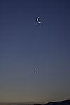 Flugzeug unter Mondsichel