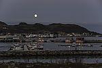 Vollmond über Hafen von Tromvik