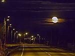 Mond über Strasse