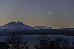 abnehmender Mond über Bergen von Malangen