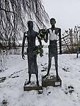 Statuen Orpheus und Eurydike im Schnee