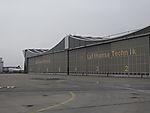 Leere vor Hallen von Lufthansa Technik