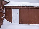 Schnee an roter Hütte