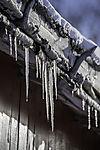 Eiszapfen an altem Bootshaus