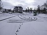 Reifenspuren im Schnee auf Parkplatz