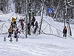 norwegische Schulkinder spielen im Schnee