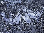 Eiskristalle auf Pfütze