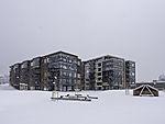 dunkle Wohnblocks im Schnee in Tromsö
