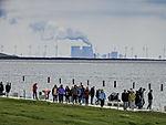 Touristen und Kohlekraftwerk